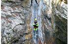 Beim Canyoning geht es durch tiefe Schluchten und ins Wasser hinein.