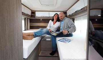 Bequemes und gemütliches Schlafzimmer mit dicken, breiten und leicht zugänglichen Matratzen.