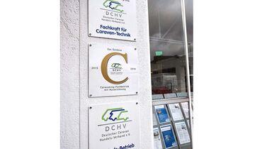 """Das Kürzel DCHV steht für den Deutschen Caravaning Handels-Verband. Werkstattkunden können es in engagierten Betrieben entdecken. Entsprechende Tafeln weisen auf die DCHV-Mitgliedschaft und erfolgreiche Weiterbildungsmaßnahmen für Mitarbeiter hin. Der DCHV lädt außerdem einmal im Jahr zum großen Händlerwettbewerb ein. Deutschlandweit sind etwa 250 Händler Mitglied im Verband. Wer wissen will, wo sich der nächstgelegene DCHV-Betrieb befindet, kann auf der Homepage (www.dchv.de) unter """"Mitgliedsbetriebe"""" auf einer interaktiven Karte suchen."""