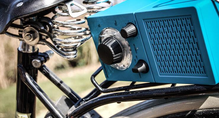 Das P2501 UKW-Radio fällt besonders durch das  beleuchtete Drehrad für die Senderauswahl und seiner Trend-Farben auf. Das 20 Zentimeter große Gerät, mit 10 Stunden Akku-Laufzeit passt in jede Tasche.