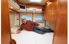 Das tiefe Bett lockt mit einem leichten Zugang und mit grossen Schraenken.