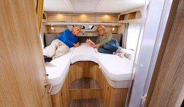 Die Betten sind bequem und über zwei Stufen sehr komfortabel zugänglich.