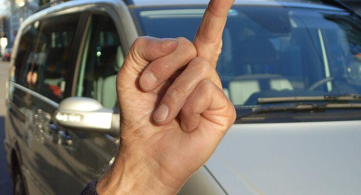 Die D.A.S. Rechtsschutzversicherung klärt auf, womit Autofahrer rechnen müssen, wenn sie andere im Straßenverkehr beleidigen.
