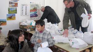 Die Dethleffs Family Stiftung überreichte der Pater Berno Stiftung Weihnachtsgeschenke und Spendenscheck in Höhe von 10.000 Euro.