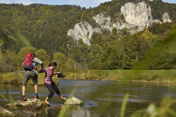 Die Obere Donau schlängelt sich wildromantisch durch das Tal und entlang der blanken Kalkfelsen.