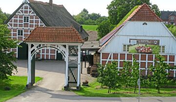 Die Obsthöfe im Alten Land beeindrucken mit schönem Fachwerk.