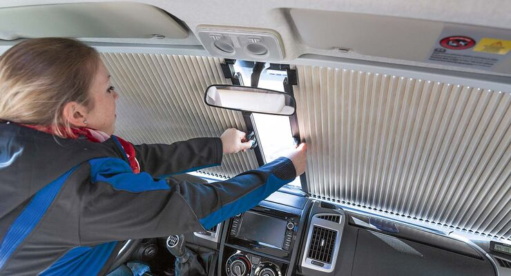 Eine Fahrerhausverdunkelung hilft beim schnellen Verdunkeln des Fahrerhauses.