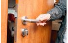 Eine solide Tür trennt den Sanitär- vom Wohnbereich.