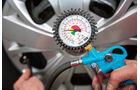 Falscher Fülldruck verursacht Reifenschäden.