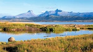 """Faszinierender Ausblick auf die """"Børvasstindan- Berge"""" an Bodøs naturnaher Nordmeerküste."""