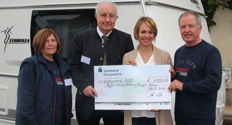 Fendt-Caravan überreichte durch seine Markenbotschafter Wilma und Heribert Maurenbrecher einen Scheck in Höhe von 1.000 Euro.