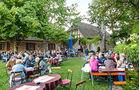 Im Biergarten (echt!) des König Ludwig Kellers in Edenkoben mit Stadtblick.