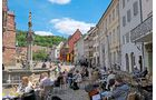 In Weingegenden ist der Alltag meist besonders entspannt: Die Sonne scheint öfter, und man isst und trinkt gern open-air, wie hier in Freiburg.