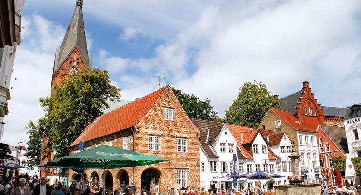 """In der Fußgängerzone """"Große Straße"""" im alten Zentrum von Flensburg geht es gemütlich zu."""