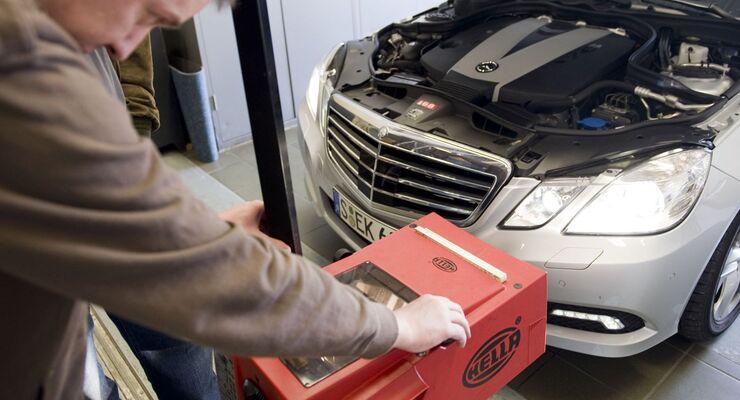 Insgesamt hatte jedes zweite Auto beim ADAC-Lichttest 2012 mindestens einen Mangel an der Lichtanlage.