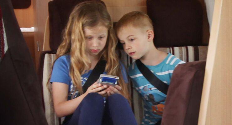 Kinder angeschnallt im Fahrzeug
