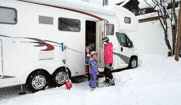 Kinder vor Reisemobil