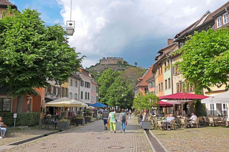 Kleine Orte zum Verlieben: Rechts die Altstadt von Staufen mit Blick auf die Burgruine.
