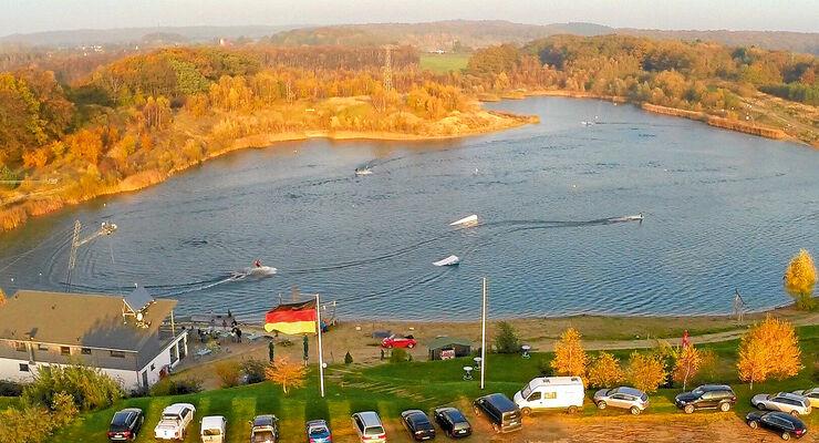 Mitten auf Ruegen liegt der See mit Wasserskianlage und Stellplaetzen.