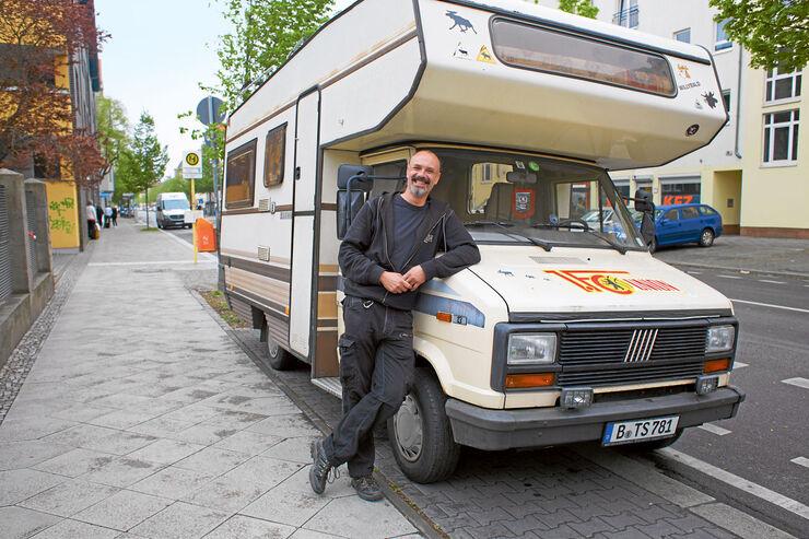 René Schmidt vor seinem Reisemobil