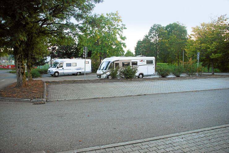 Schieflage: Die Schwarzwaldstadt bietet nur einen behelfsmäßigen Platz mit schrägen Stellflächen am Panorama-Bad.