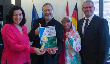 Staatssekretärin Dorothee Bär, Dieter und Gisela Goldschmitt, MdB Alois Gerig freuen sich auf den 12.8.2017