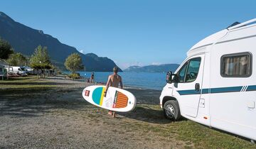 Stand Up Paddling beim Camping L'Île Aux Cygnes.