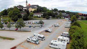 Überblick: Der Reisemobilstellplatz wurde am Ende des großen Besucherparkplatzes abgeteilt und parzelliert.