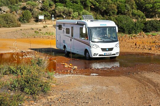 Ungewöhnliche Erfahrung: Auf Sardinien führte die offizielle Straße den Knaus durch Furten.