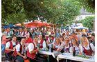 Unter Platanen auf dem Marktplatz der Altstadt lockt das Rüdesheimer Weinfest.