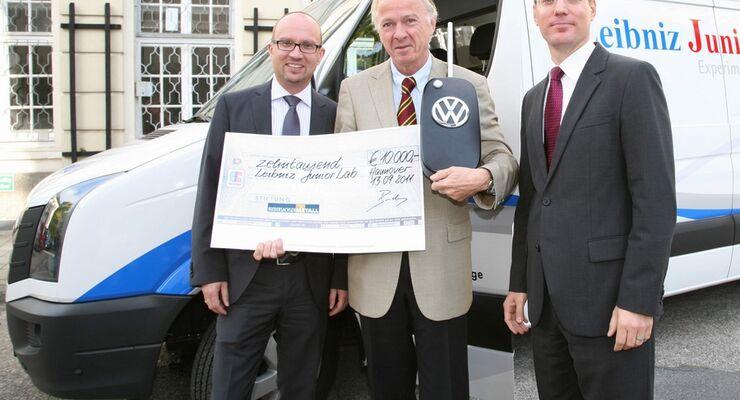 """VW Nutzfahrzeuge unterstützt das Leibniz Junior-Lab  mit einem Crafter als """"rollendes Physiklabor"""""""