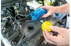 Vergleichstest, Basisfahrzeuge, Servicefreundlichkeit: Renault-Öleinfüllstutzen