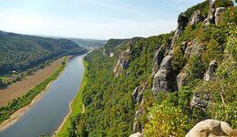 Wandern im Elbsandsteingebirge unweit der Bastei