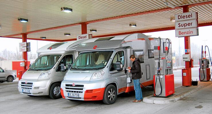 Wohnmobile an Tankstelle