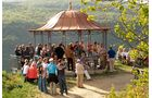 Zum Jubiläum des Rheingauer Rieslingpfads finden zwischen Hochheim und Lorch sieben Weinwanderungen statt.